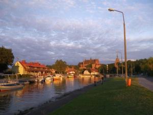 Der Hafen von Frombork im Abendlicht