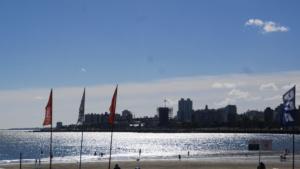Blick von der Rambla auf Montevideo Skyline
