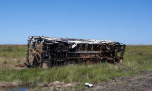 Am Strassenrand der Ruta 14 in Argentinien. Ein ausgebrannter Bus.
