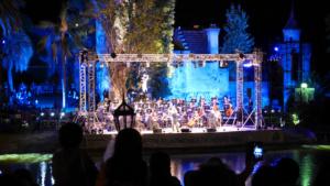 Das philarmonische Orchester von Montevideo spielt unter freiem Himmel.