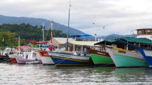 Touribote im Hafen von Paraty