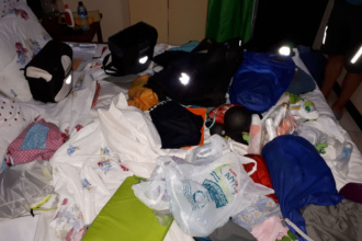 Chaos auf dem Bett nach dem Überfall