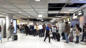 Schlange am Lufthansaschalter
